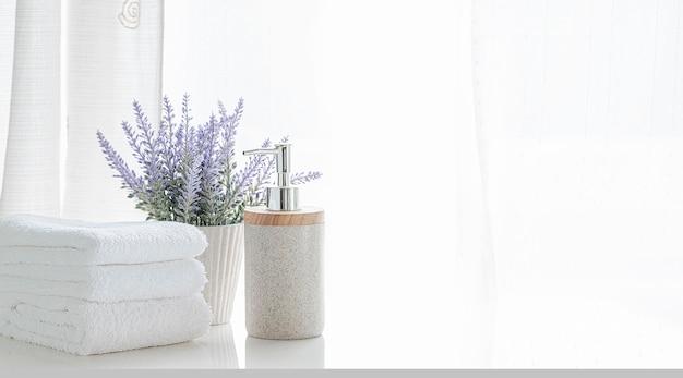 나무 카운터 테이블에 깨끗한 흰색 목욕 수건