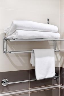 Чистое белое полотенце на вешалке