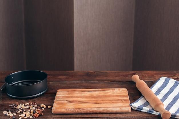 Чистое рабочее место пекаря с инструментами