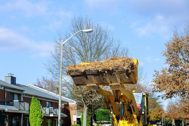 クリーナーは、定期的な季節のトラクターで、秋の落ち葉から通りを掃除します。
