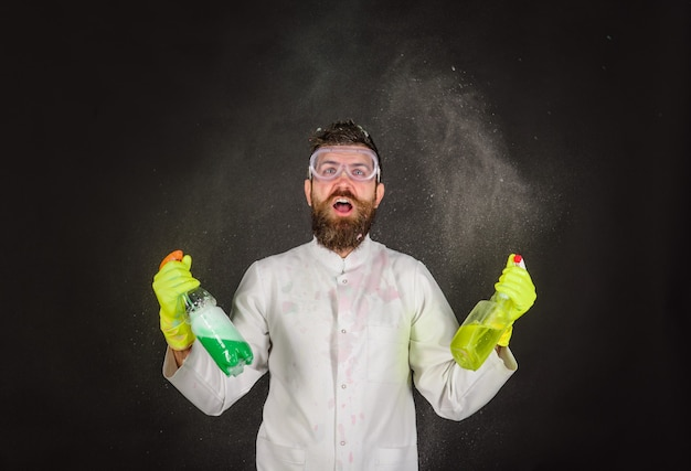 清掃広告クリーナー清掃サービスと作業コンセプトひげを生やした男性と清掃機器