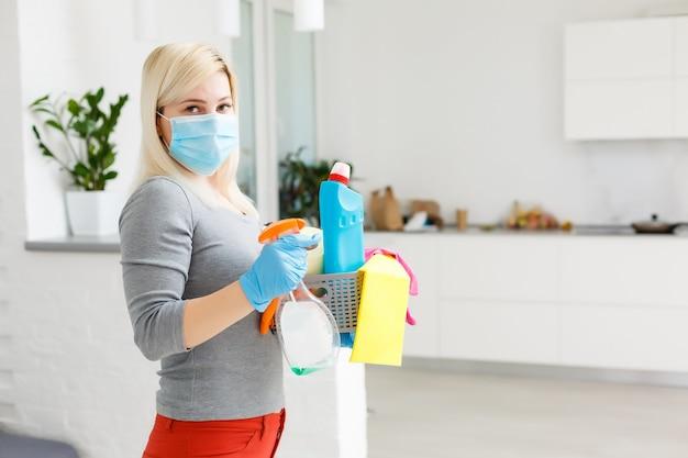 코로나바이러스 전염병 속에서 도시 단지의 청소 및 소독. 소독 노력을 위한 전문 팀. 감염 예방 및 전염병 통제. 보호장갑과 마스크