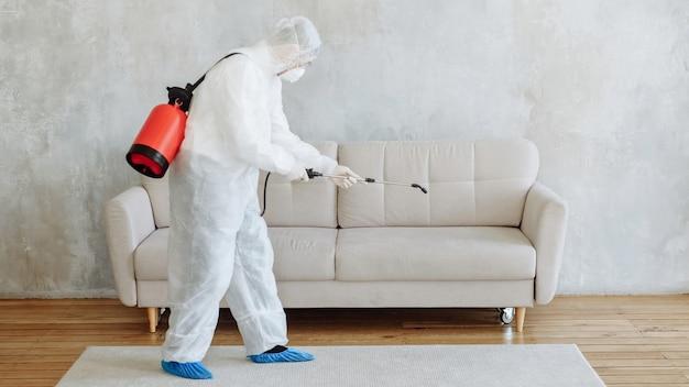 코로나 바이러스 전염병으로 마을 단지에서 청소 및 소독. 소독 노력을위한 전문 팀. 감염 예방 및 전염병 통제. 보호 복 및 마스크