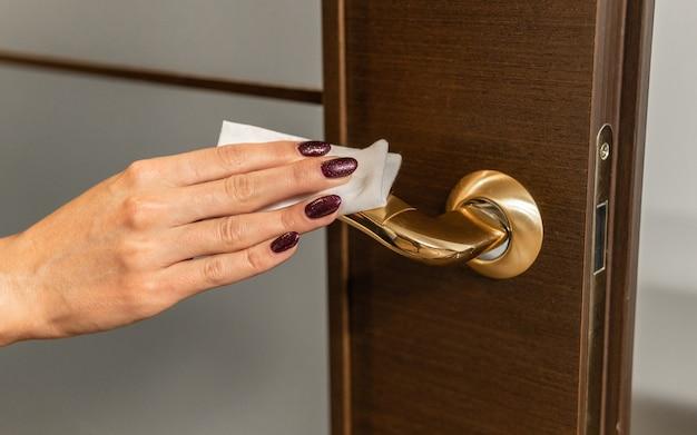 Чистка и дезинфекция дверной ручки. профилактика бактерий и вирусов