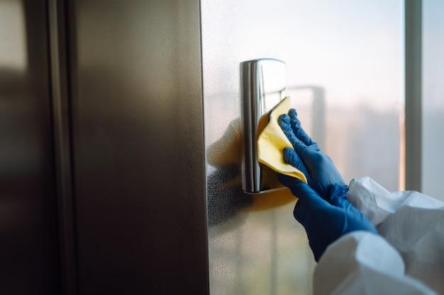 Covid-19を防ぐためのエレベーターの清掃と消毒。