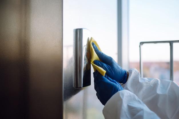 Чистка и дезинфекция лифта для предотвращения covid-19.
