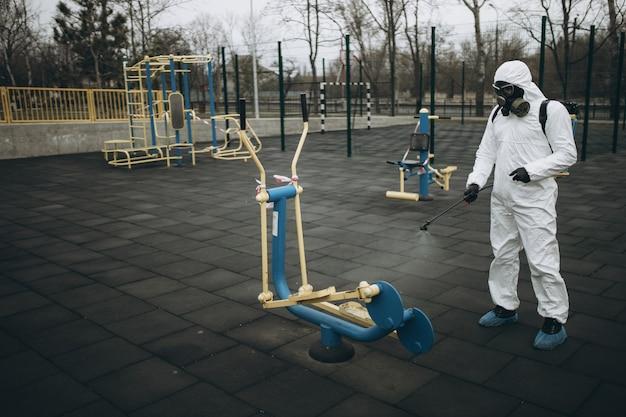 Чистка и дезинфекция на детской площадке