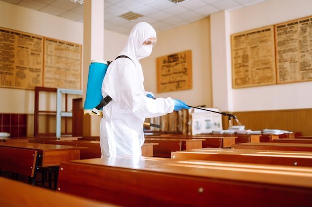 Covid-19 예방을 위한 학교 청소 및 소독 수업.