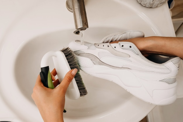 汚れた靴の掃除と洗濯のコンセプト