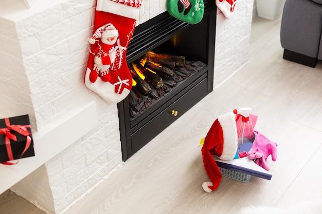 크리스마스 전에 청소. 여러 가지 빛깔의 청소 용품. 현대 가정 배경에 축제 장식으로 스폰지, 헝겊 및 스프레이