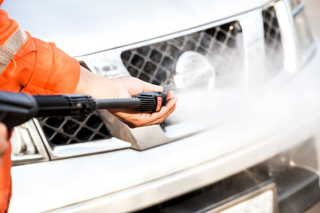 Очистка автомобиля с использованием воды под высоким давлением.