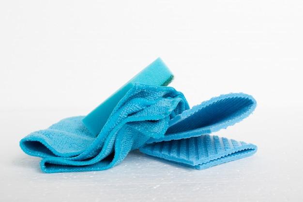 Чистота гигиены синие тряпки и губка на белом фоне