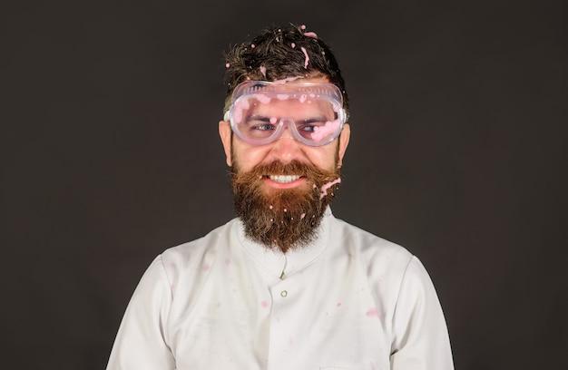 クリーニングコンセプトクリーニングサービスクリーナー家庭用家事用クリーニング機器泡をつけた男