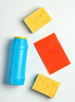クリーニングのコンセプト。洗剤ボトル、白い背景の上のスポンジ