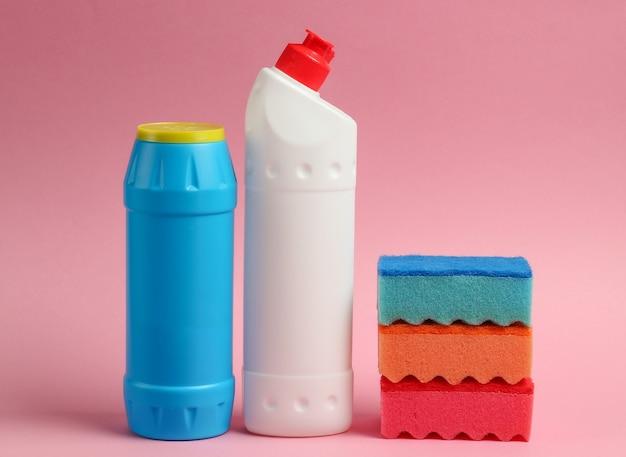クリーニングのコンセプト。洗剤のボトル、ピンクのパステルカラーの背景にスポンジ
