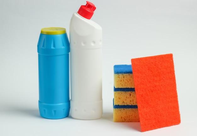 クリーニングのコンセプト。洗剤のボトル、白い背景の上のスポンジ