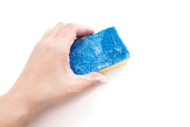 クリーニングの概念-女性の手は白い背景で隔離の泡でキッチンスポンジを保持します。