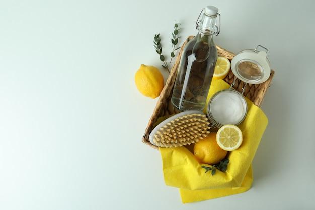 環境にやさしいクリーニングツールと白い背景の上のレモンを使用したクリーニングの概念