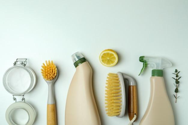 환경 친화적 인 청소 도구와 격리 된 흰색 배경에 레몬 청소 개념