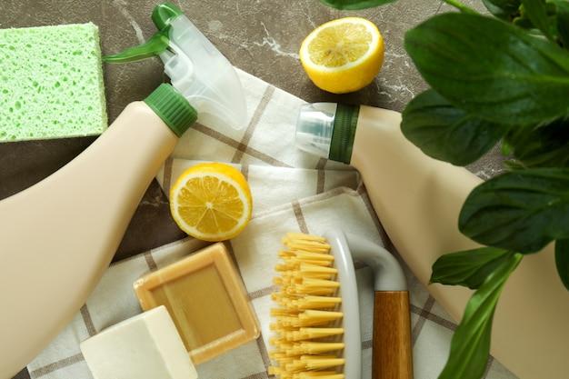 灰色の織り目加工のテーブルに環境に優しいクリーニングツールを使用したクリーニングの概念