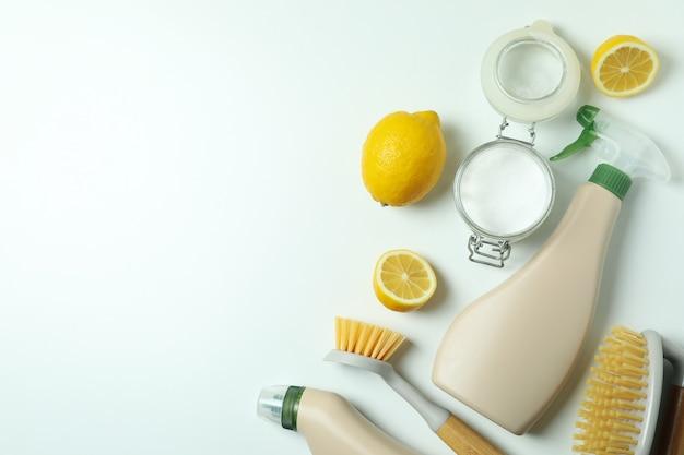격리 된 흰색 배경에 환경 친화적 인 청소 도구와 청소 개념