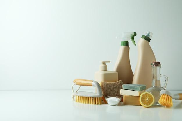 白いテーブルの上の環境に優しいクリーニングツールを使用したクリーニングコンセプト