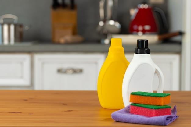 Моющие средства и инструменты на кухонном столе