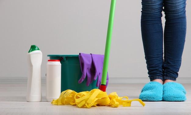 Мытье пола в комнате крупным планом