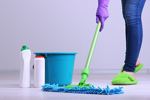 部屋のクローズアップで床を掃除する