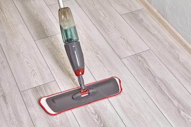 극세사 천으로 걸레를 사용하여 방 바닥 청소