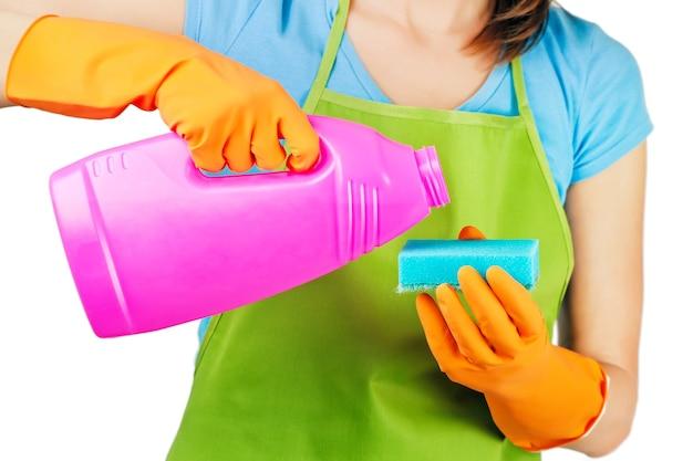 洗濯洗剤のボトルで家事の女性の手を掃除する