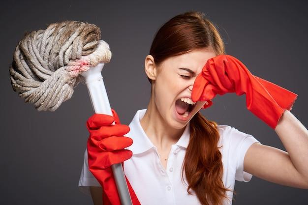 Уборщица закрывает нос пальцами от неприятного запаха шваброй в руке недовольство уборкой
