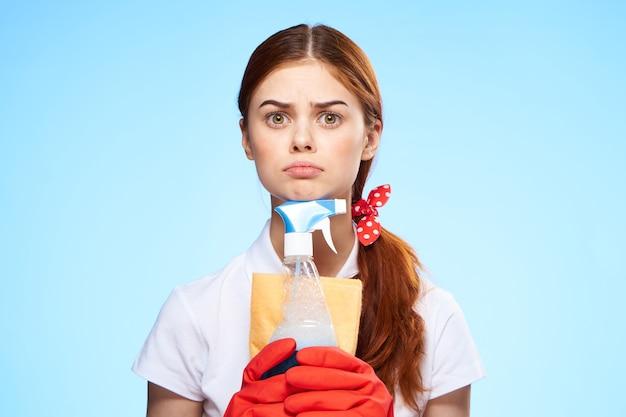 Уборщица с посудой в руках профессионал по дому