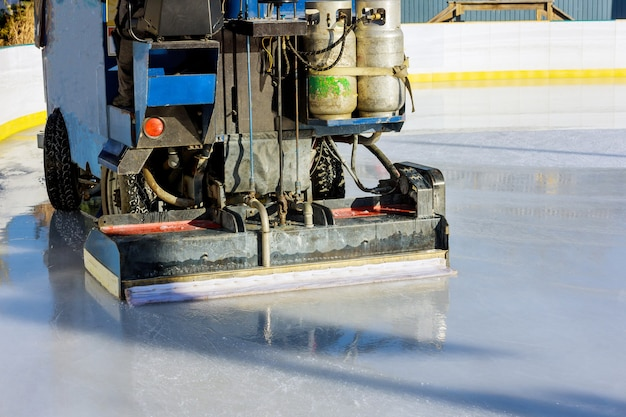 Чистка ледяной полировки на катке машиной
