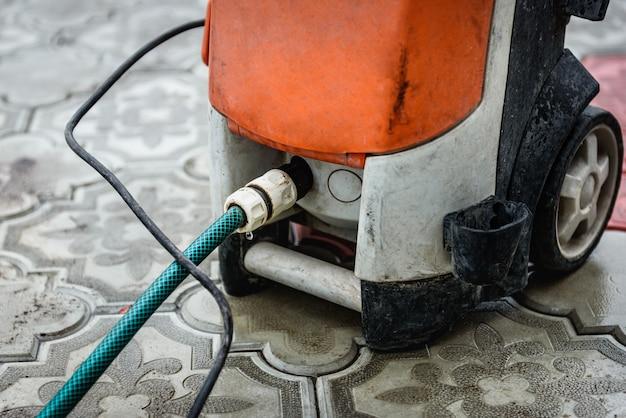 Очистка тротуарной плитки с помощью мойки высокого давления