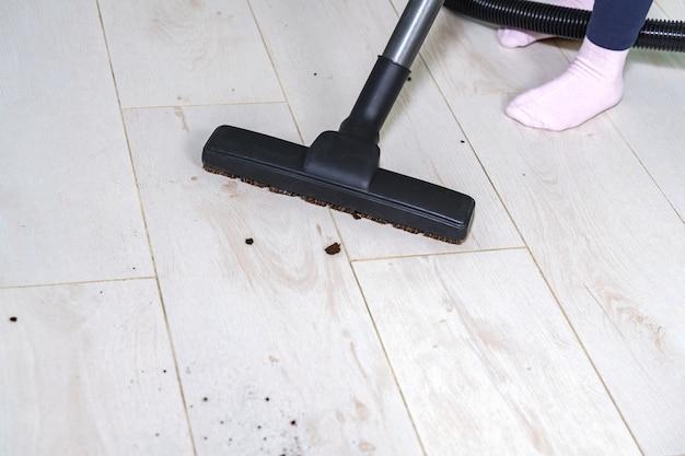 掃除機のクローズアップによる洗浄プロセス。テキスト用のスペース