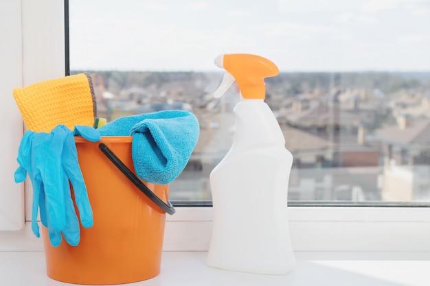 アパートの窓際のボトルに入った製品の洗浄