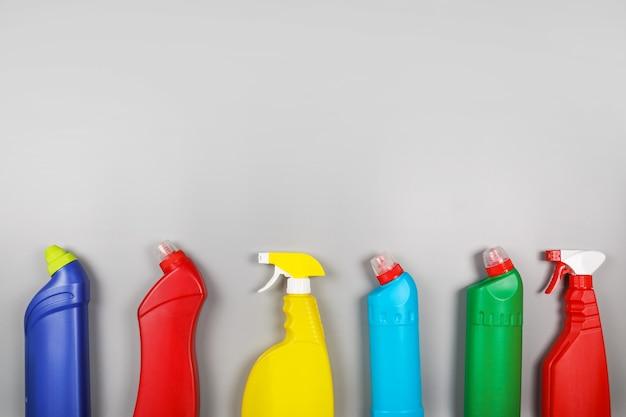 灰色の背景のクリーニング製品。家の掃除のコンセプト。上面図