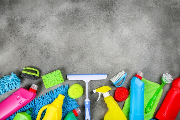 石の灰色の背景のクリーニング製品。家の掃除のコンセプト。上面図