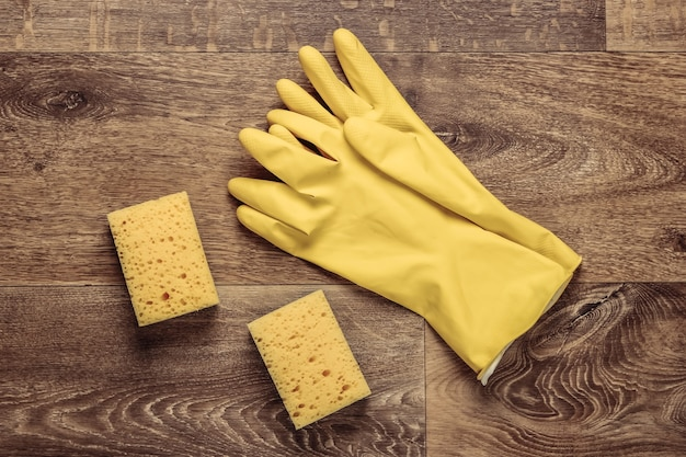 바닥에 제품을 청소하십시오. 장갑, 스펀지. 평면도. 플랫 레이