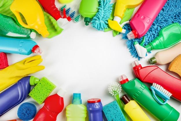 白い背景のクリーニング製品。家の掃除のコンセプト。上面図