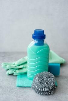 Чистящие средства, губки и резиновые перчатки