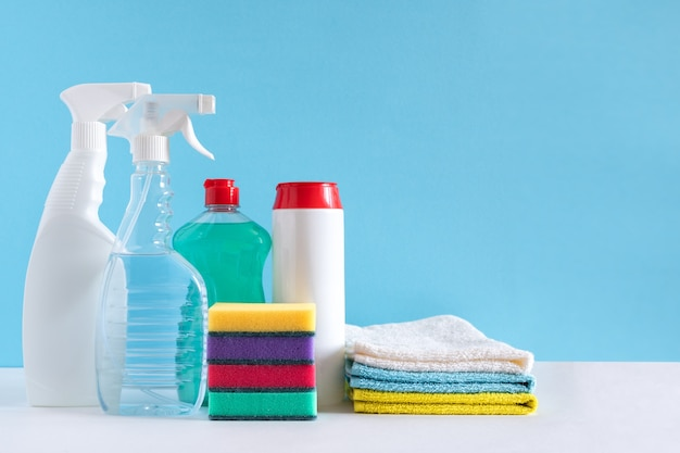 Чистящие средства различных поверхностей на кухне, в ванной и других помещениях. концепция клининговых услуг. скопируйте пространство. коронавирус.