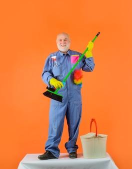清掃サービス老人制服を着た清掃設備家事サービス専門家による清掃