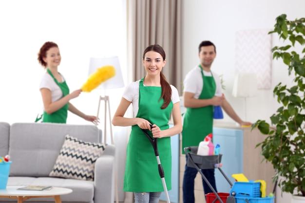 거실에서 일하는 청소 서비스 팀