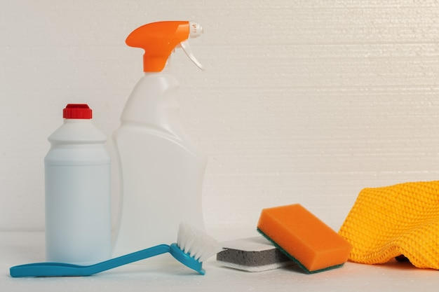 敷地内を清掃するための清掃サービス。白い背景の上のボトルの配管、シンク、バスタブ、便器用のスポンジ、ぼろきれ、クリーニング製品