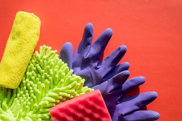 Набор для чистки кухни, комнат. скопируйте место для текста или логотипа. уборка. ранняя весенняя регулярная уборка. тряпки из микрофибры