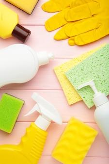 청소 세트. 청소 도구. 파란색 벽에 세제, 스프레이, 고무 장갑을 청소하십시오. 플랫 레이