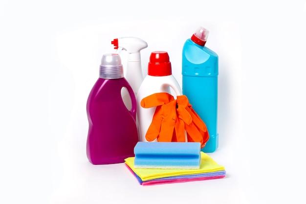Набор для чистки с инструментами и продуктами на белом фоне, горизонтальный, без людей. фото высокого качества