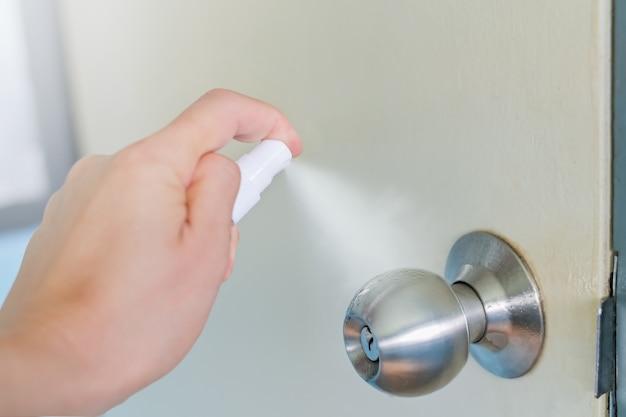 Чистка распыление спирта на дверной ручке перед открытием двери